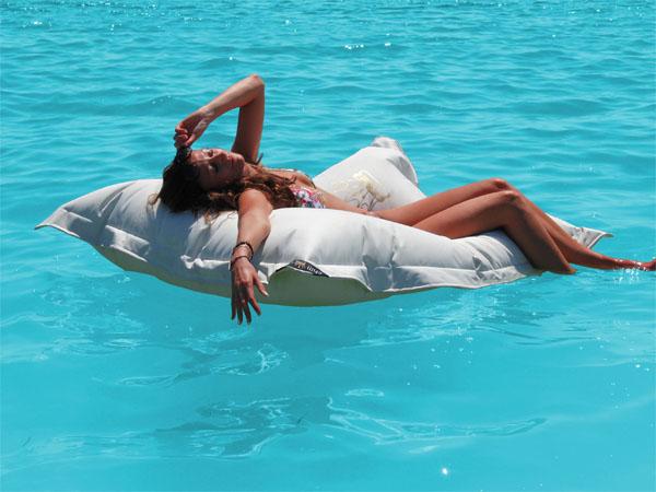 WELTNEUHEIT: chillisy® WATERPROOF das schwimmende Outdoor Kissen für Pool, Meer und Badesee. Auf Wunsch personalisierbar. Maße: 140x190cm. Wasserabweisend, farbecht, resistent gegen Salz- und Chlorwasser, atmungsaktiv, hautfreundlich. Ausführung mit wasserdichtem Innenkissen.