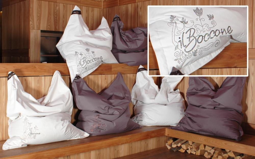 """Restaurant """"Il Boccone"""" Konstanz: chillisy® LUXURY In- & Outdoor Kissen 190x140cm. Personalisiert mit Swarovski Kristallen. Wasserabweisend, farbecht, resistent gegen Salz- und Chlorwasser, atmungsaktiv, hautfreundlich. Ausführung mit separatem Innenkissen. Abgebildete Farben: snow & taupe. www.chillisy.eu relax@chillisy.eu"""