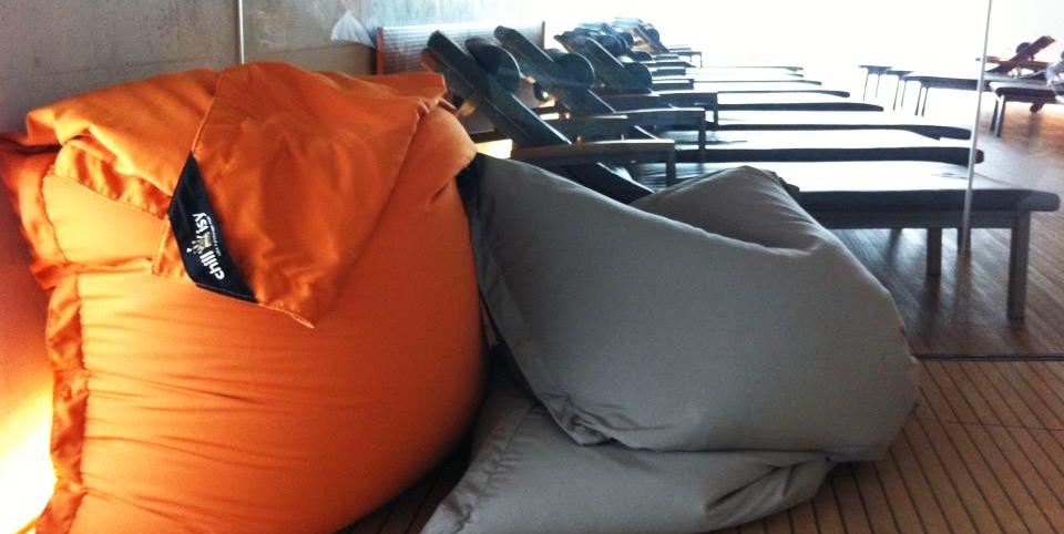 Bodensee Therme Konstanz: chillisy® SUMMERTIME Outdoor Kissen 190x140cm. Wasserabweisend, farbecht, resistent gegen Salz- und Chlorwasser, atmungsaktiv, hautfreundlich. Ausführung mit separatem Innenkissen. Abb. Farben orange & taupe