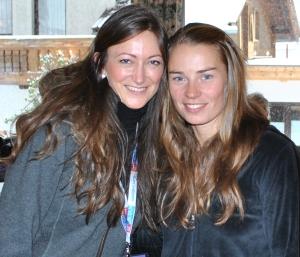 Übergabe des chillisy Loungekissen an die Gewinnerin des FIS Weltcups der Damen 2012 in Sölden: Tina Maze mit Isa Schütze (chillisy®)