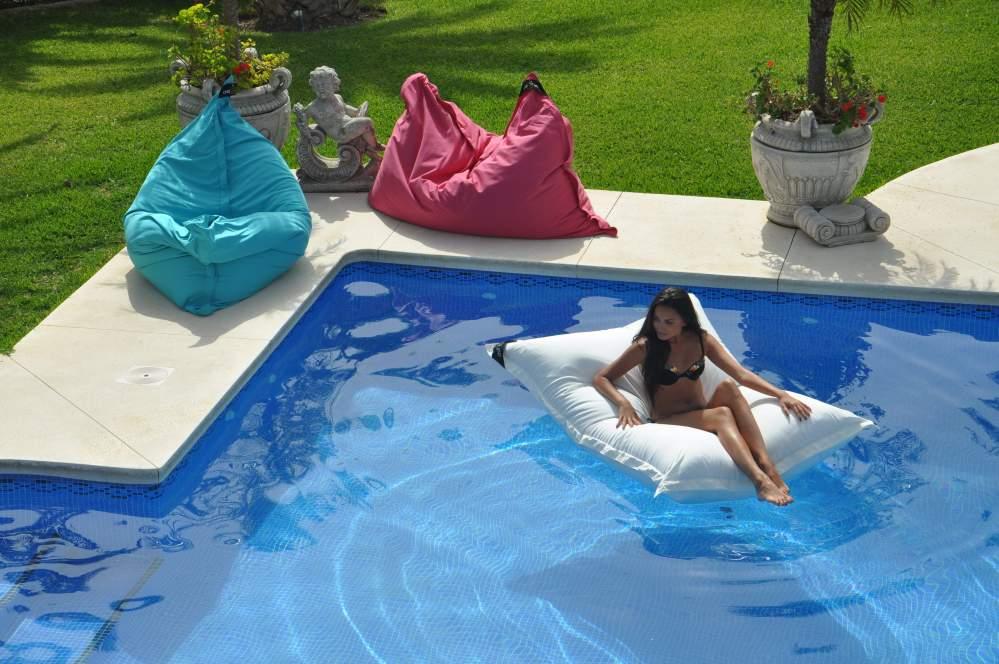 chillisy® POOLKISSEN schwimmendes Outdoor Kissen 190x130cm. Schwimmendes Kissen für Pool, Meer, Badesee. Auf Wunsch personalisierbar. Wasserabweisend, farbecht, resistent gegen Salz- und Chlorwasser, atmungsaktiv, hautfreundlich. Poolkissen mit 100% wasserdichtem Innenkissen.