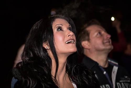Staunend in den Himmel beobachten Antonia aus Tirol und Peter Schutti die Helicopter Show