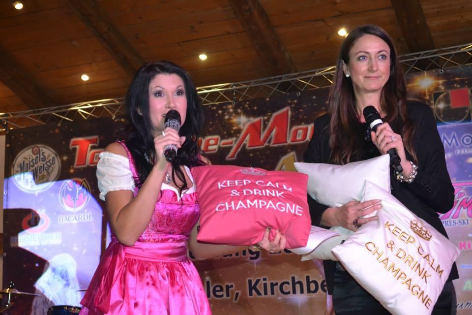 2015 Top-of-the-Mountains Gala Nacht: Antonia aus Tirol und Isa Schütze (chillisy) verraten zu Beginn den Gästen, auf welchen Kissen die Awards vergeben werden