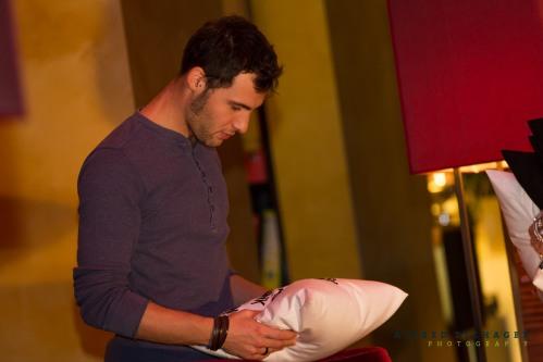 Benjamin Stecher, zuständig für das Marketing vom Hotel Therme Meran, nimmt akribisch die Polster in Augenschein.