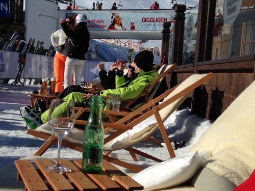 "Die Sonne genießen in der Chillisy® Mountain Lounge - ""Go for Gold"" in Sölden am Giggijoch"