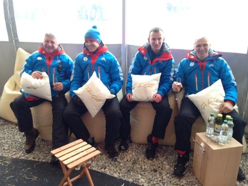 """""""GO FOR GOLD"""" - Die russischen Skeletonathleten Nikita Tregybov und Sergei Chudinov mit Trainern"""