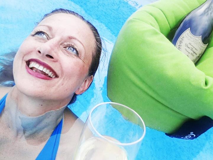 chillisy gewinner gewinnspiel, champagne belt, pool james, pool, poolkissen, kissen, schwimmen, getränkekühler, dom perignon, 2015