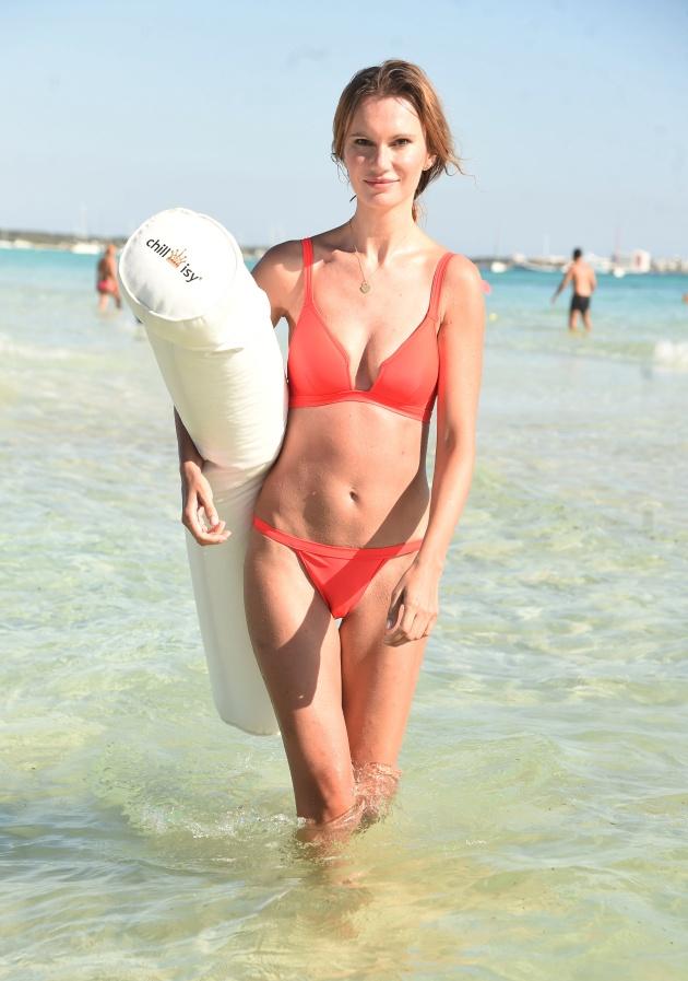 Model Franziska Scheffter verwandelt das Mittelmeer zum Aqua-Gym