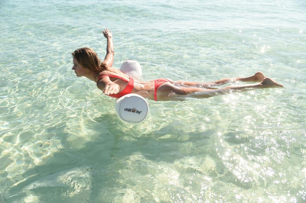 Bauch-Beine-Po Übung: Model Franziska Scheffter trainiert im Mittelmeer den chillisy® Segelflieger