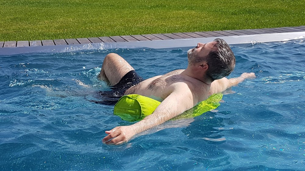 Die Schwimmnudel Tester Roland Berghöfer - Wien - Super Maccheroni im Wasser als Rückenstütze 2
