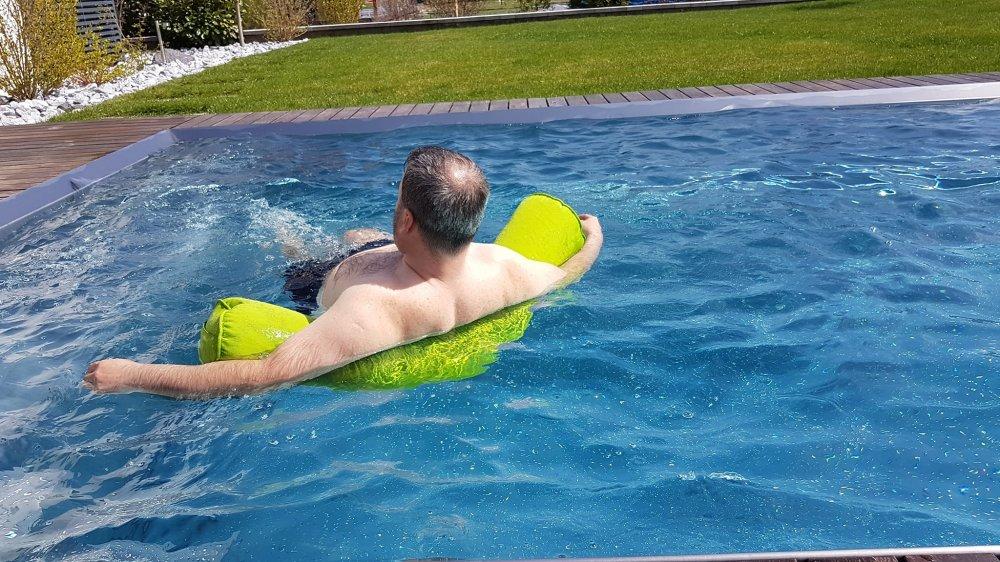 Die Schwimmnudel Tester Roland Berghöfer - Wien - Super Maccheroni im Wasser als Rückenstütze 3