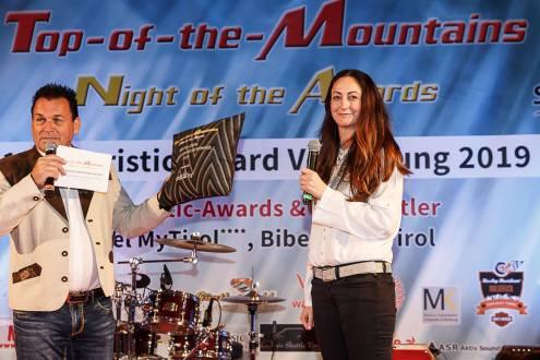 Top-of-the-Mountains Touristic-Award-Verleihung 2019 in Biberwier, Hotel MyTirol in der Tiroler Zugspitz Arena,Moderator DJ Charly mit Isa Schütze von chillisy®